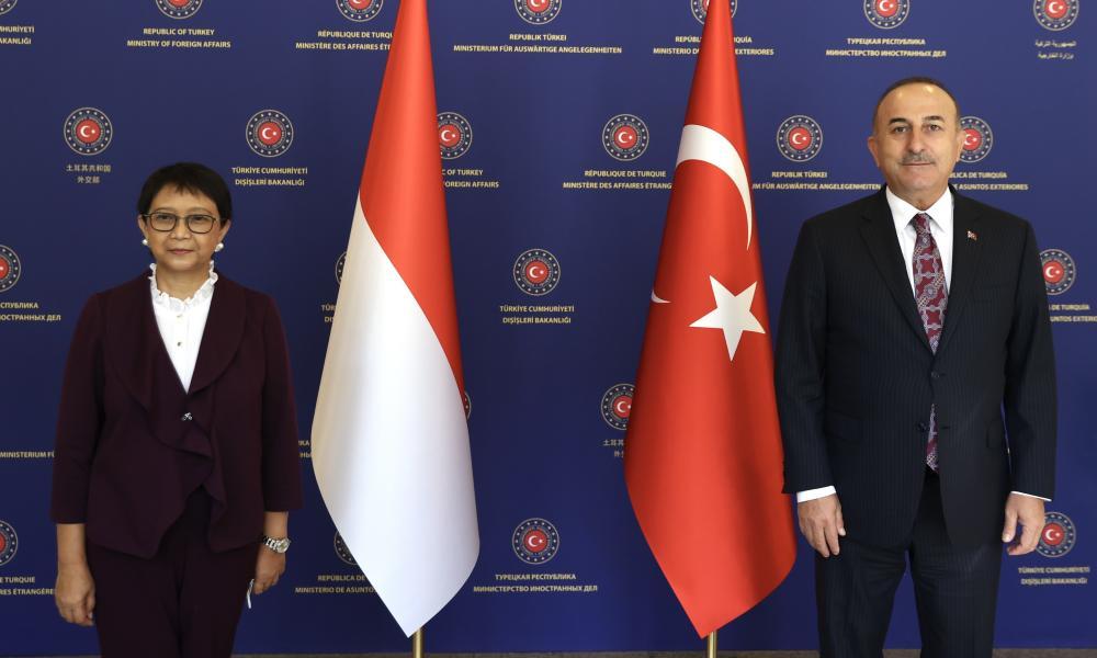 Turkey's foreign minister, Mevlüt Çavuşoğlu, and his Indonesian counterpart, Retno Marsudi