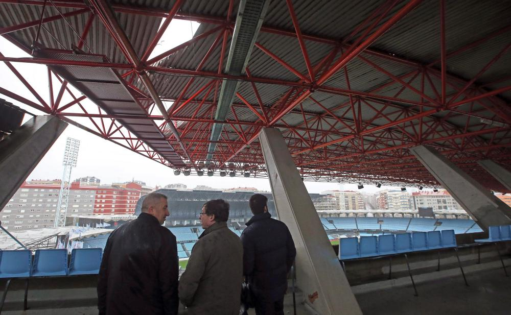 Vigo's deputy mayor Carlos Font looks at the damage in the Balaídos roof.