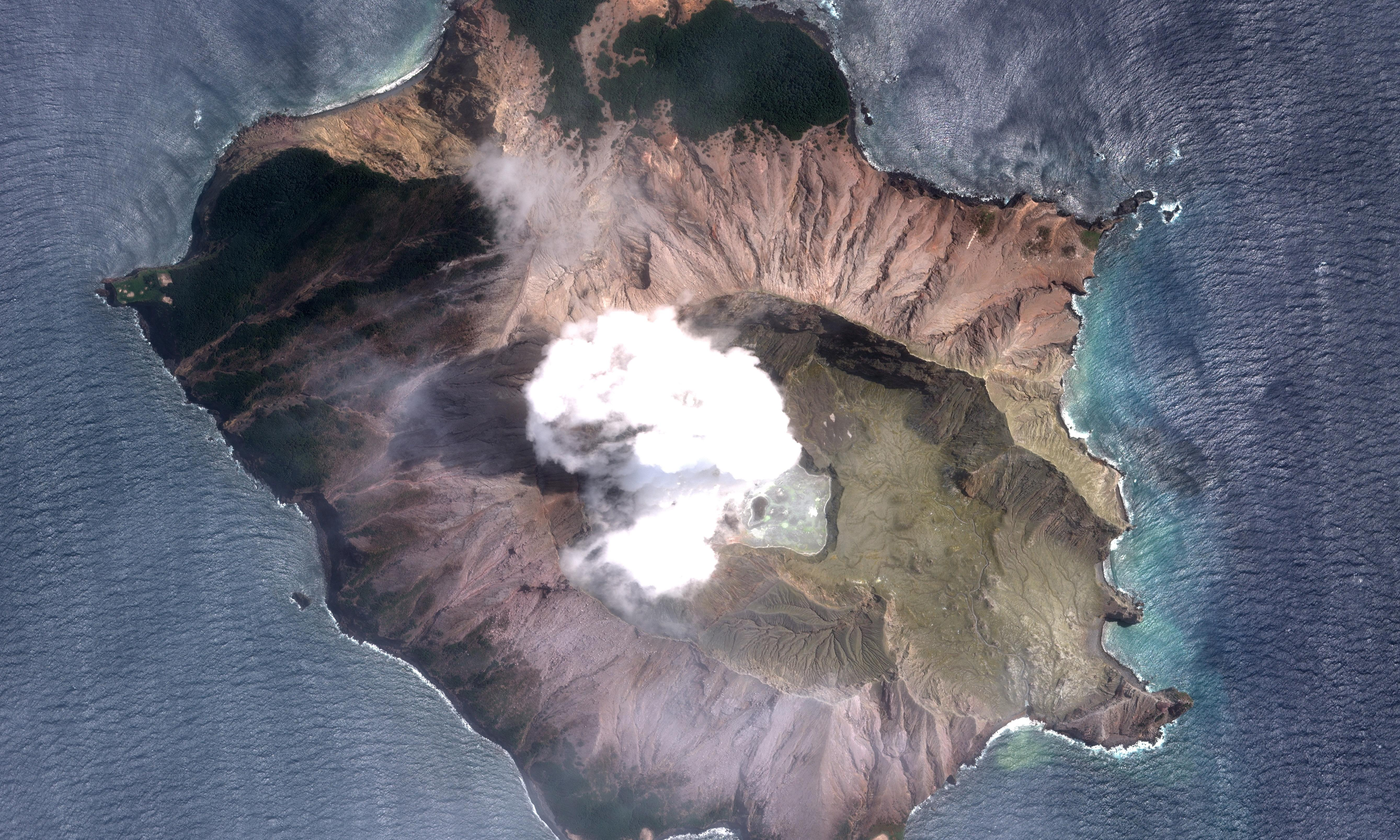 New Zealand volcano: police may do rushed body retrieval despite eruption risk