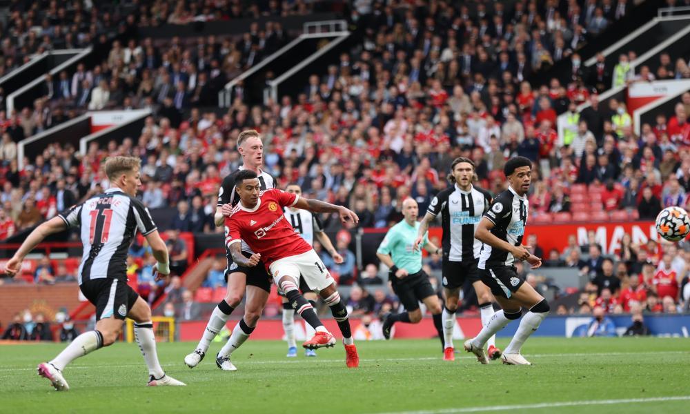 Jesse Lingard scores Manchester United's fourth goal.
