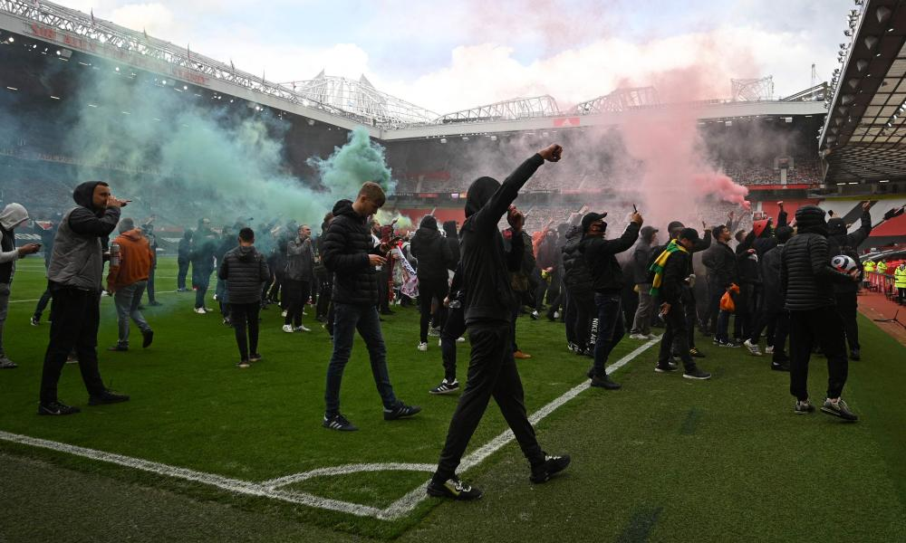 Manchester United fans protest against the proposed European Super League