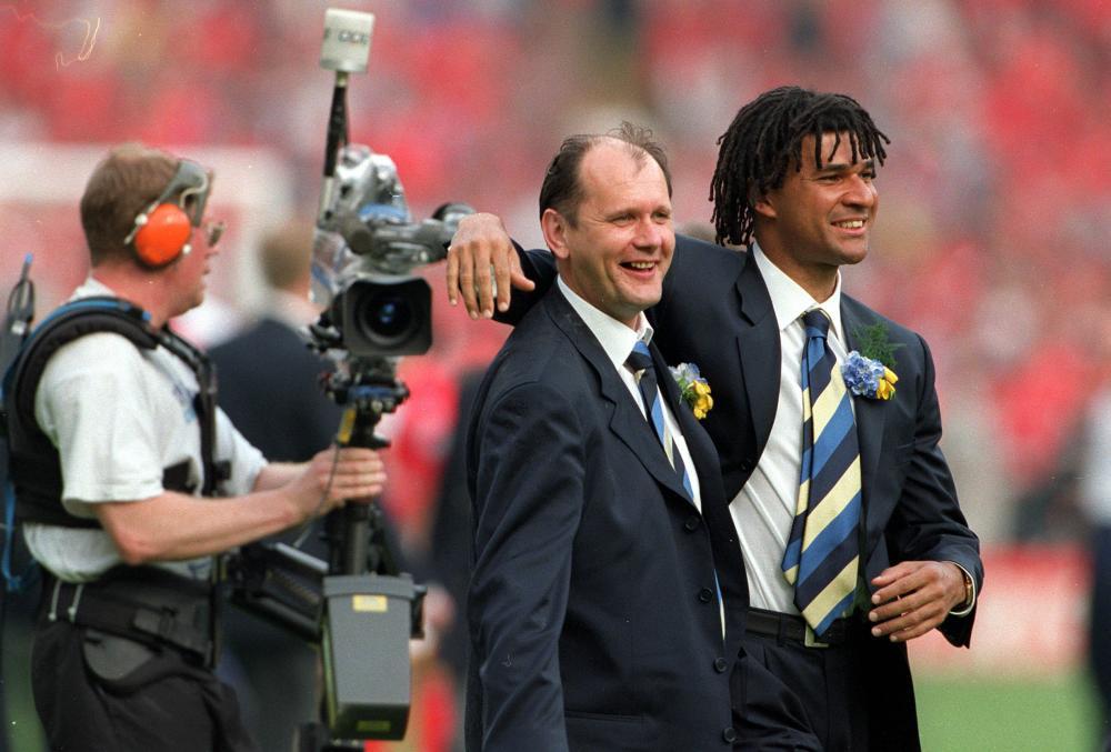 Gwyn Williams with Ruud Gullit
