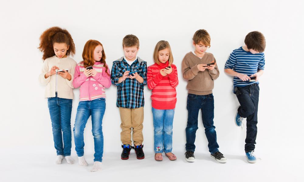 children using smartphones