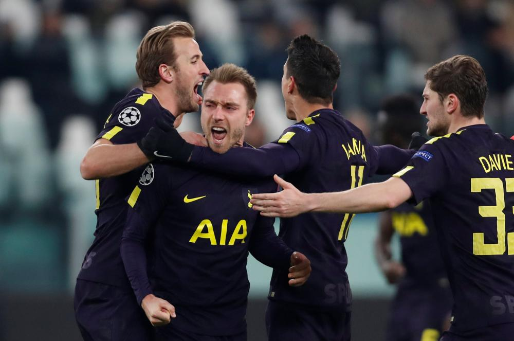Eriksen celebrates with Harry Kane, Erik Lamela and Ben Davies.