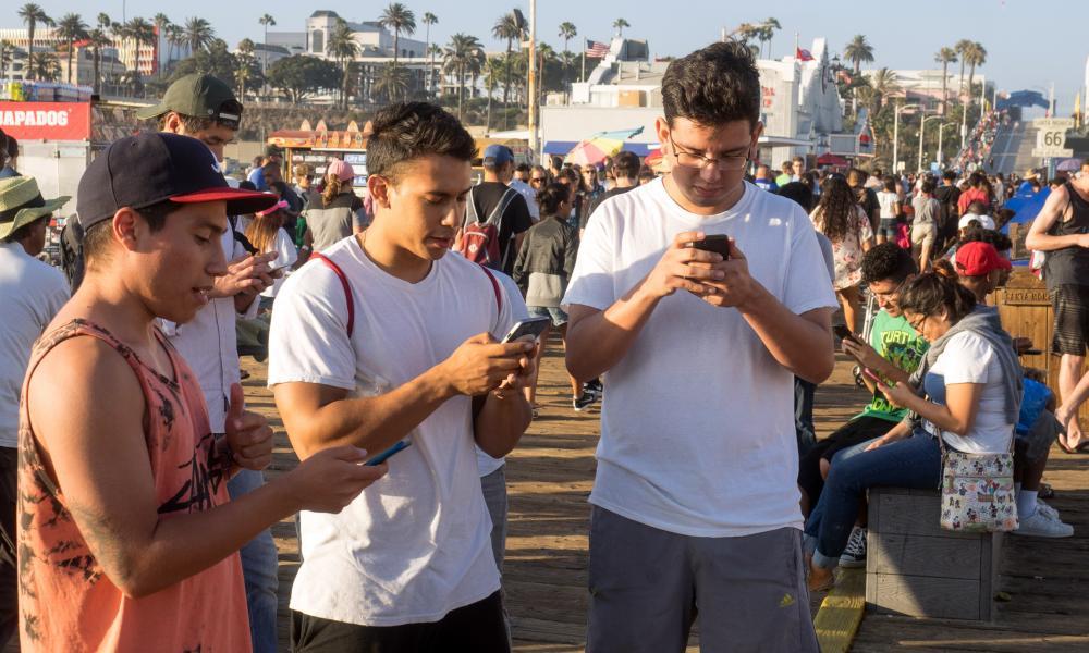 Gracze Pokemon pójść na molo w Santa Monica.