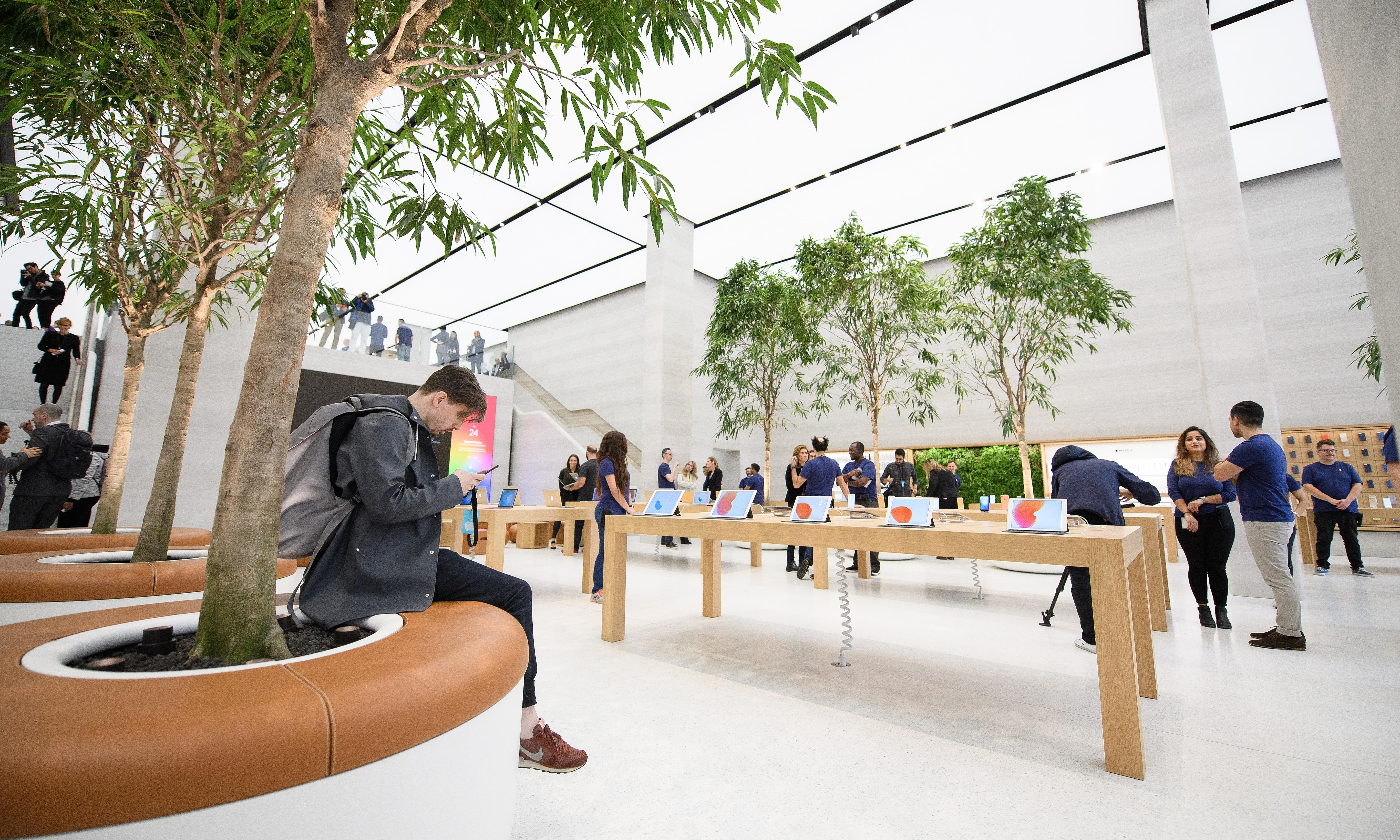 Claps and cheers: Apple stores' carefully managed drama