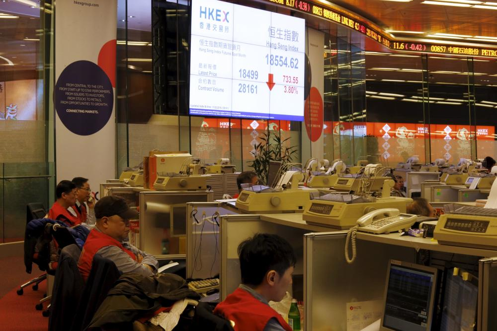 A display board shows the falling Hang Seng Index during morning trading on the first day of trading after Lunar New Year holidays at the Hong Kong Stocks Exchange in Hong Kong, China February 11, 2016. REUTERS/Bobby Yip