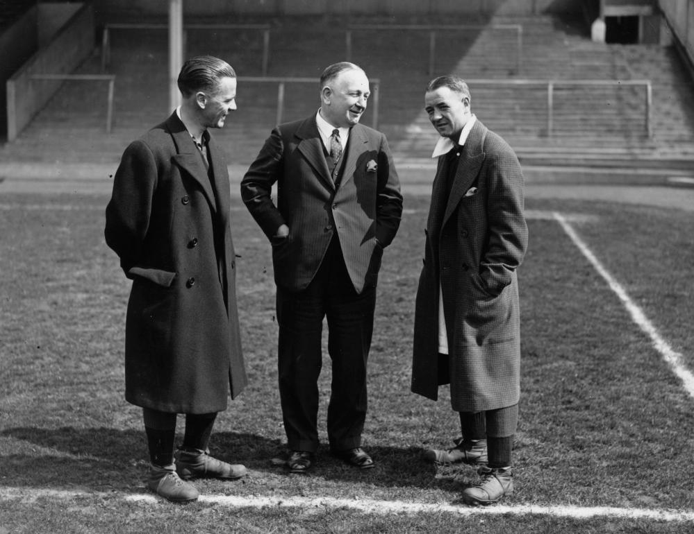 Arsenal manager Herbert Chapman (centre), before the 1932 FA Cup, which he'd already won with the Gunners and Huddersfield.