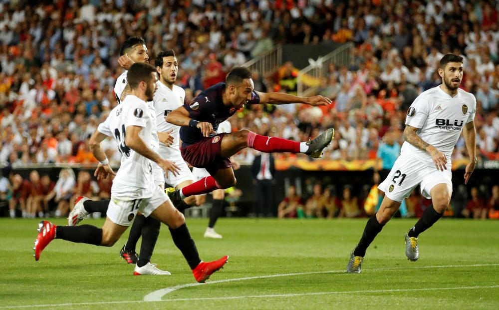 Aubameyang scores the equaliser for Arsenal.