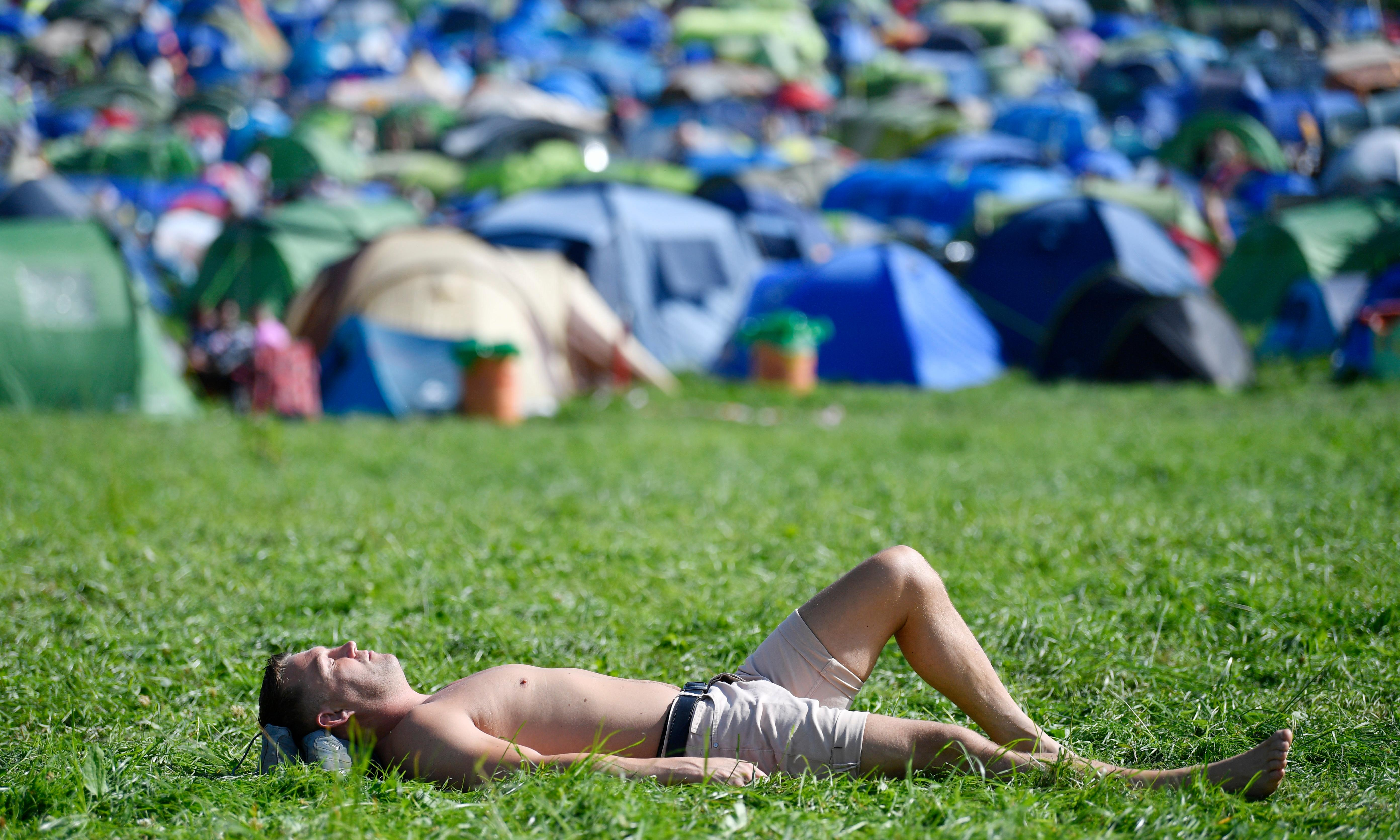 Glastonbury offers free sun cream as weather warms up