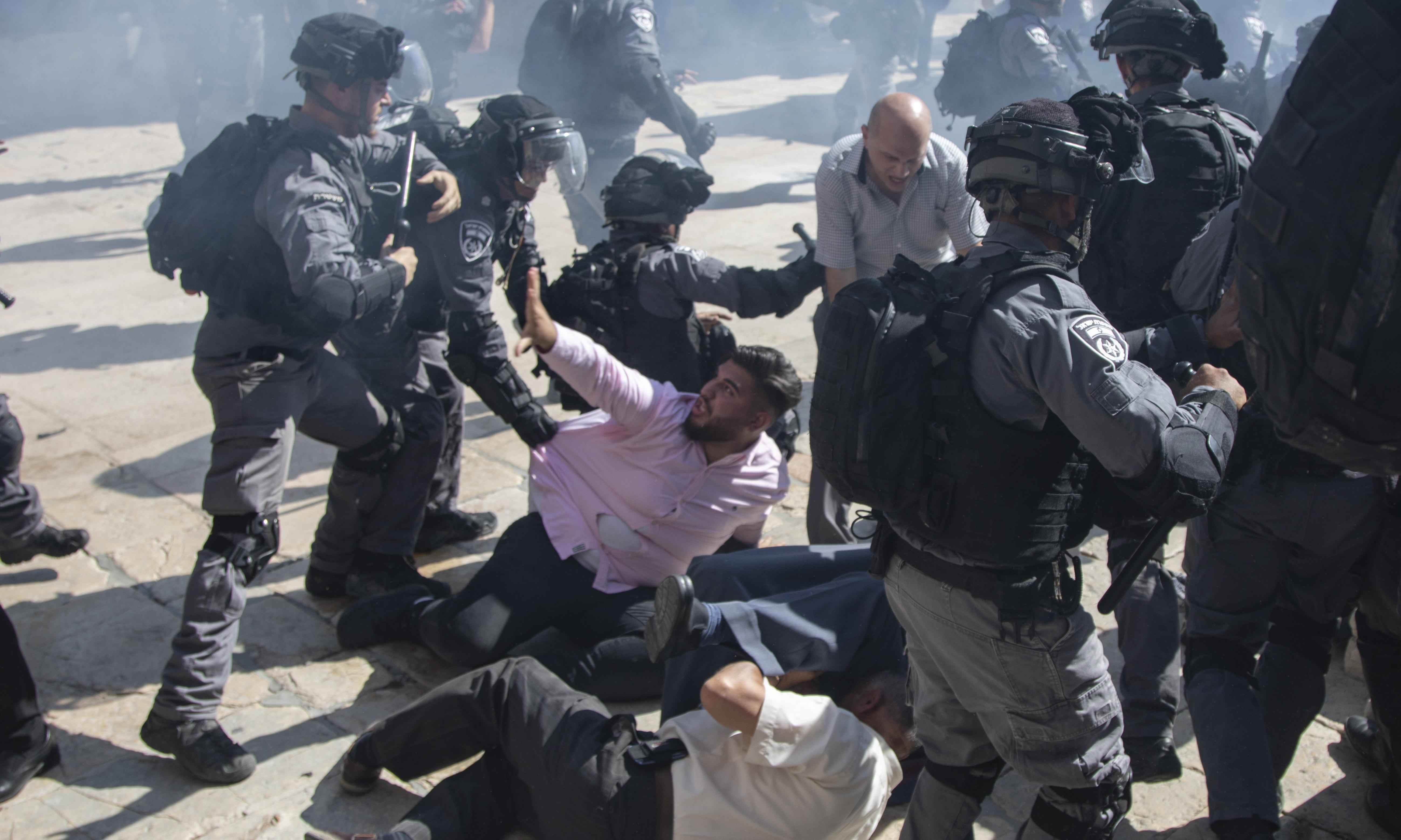 Israeli police clash with Muslim worshippers at Jerusalem holy site