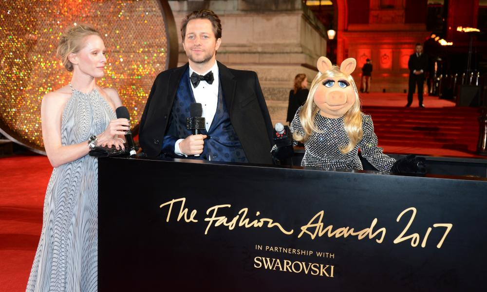 Miss Piggy hogs the limelight at the Fashion Awards.