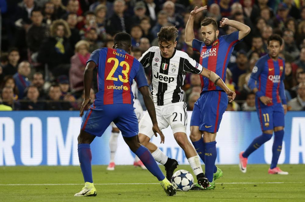 Dybala runs at Umtiti after passing Alba.