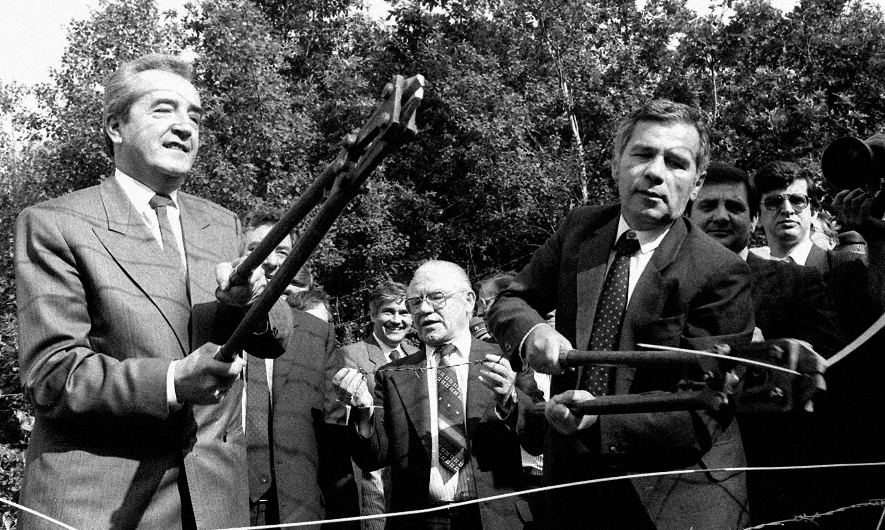 Snipping away at the Iron Curtain: when Hungary opened its Austrian border - archive, 1989