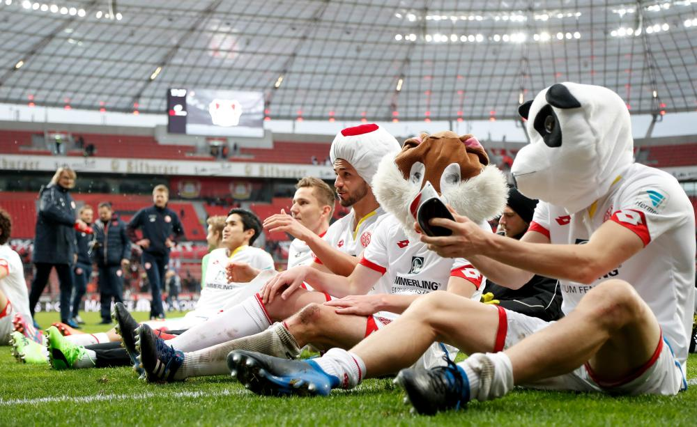 Mainz's players celebrates after their win at Bayer Leverkusen.