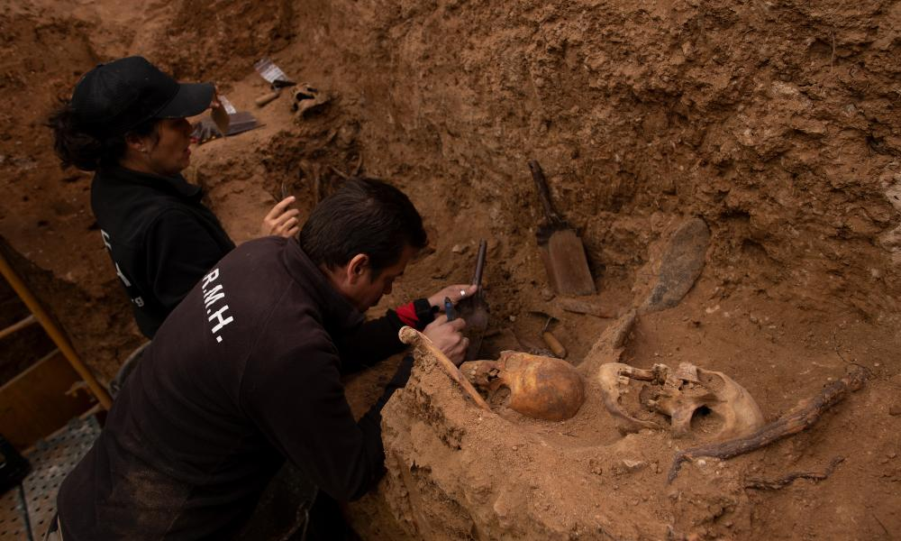Two volunteers of the Association for the Recovery of Historical Memory uncover human remains in an unmarked grave at Guadalajara municipal cemetery last week.