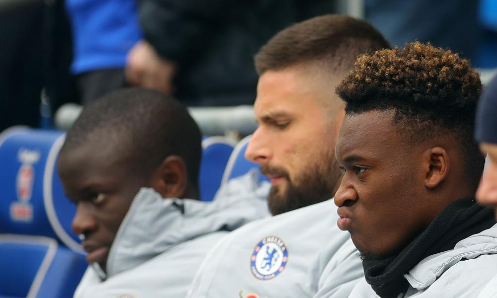 Callum Hudson-Odoi (right) on the Chelsea bench with Olivier Giroud and N'Golo Kanté.