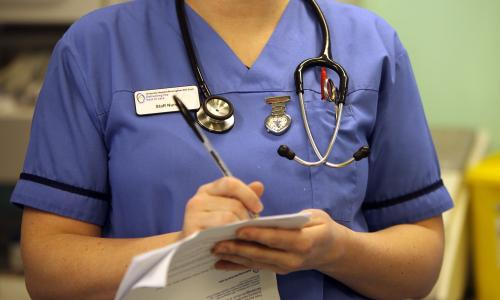 Nurses warn about the loss of 60.000 posts since the coalition came to power, but the Department of Health insists on a strong NHS performance.