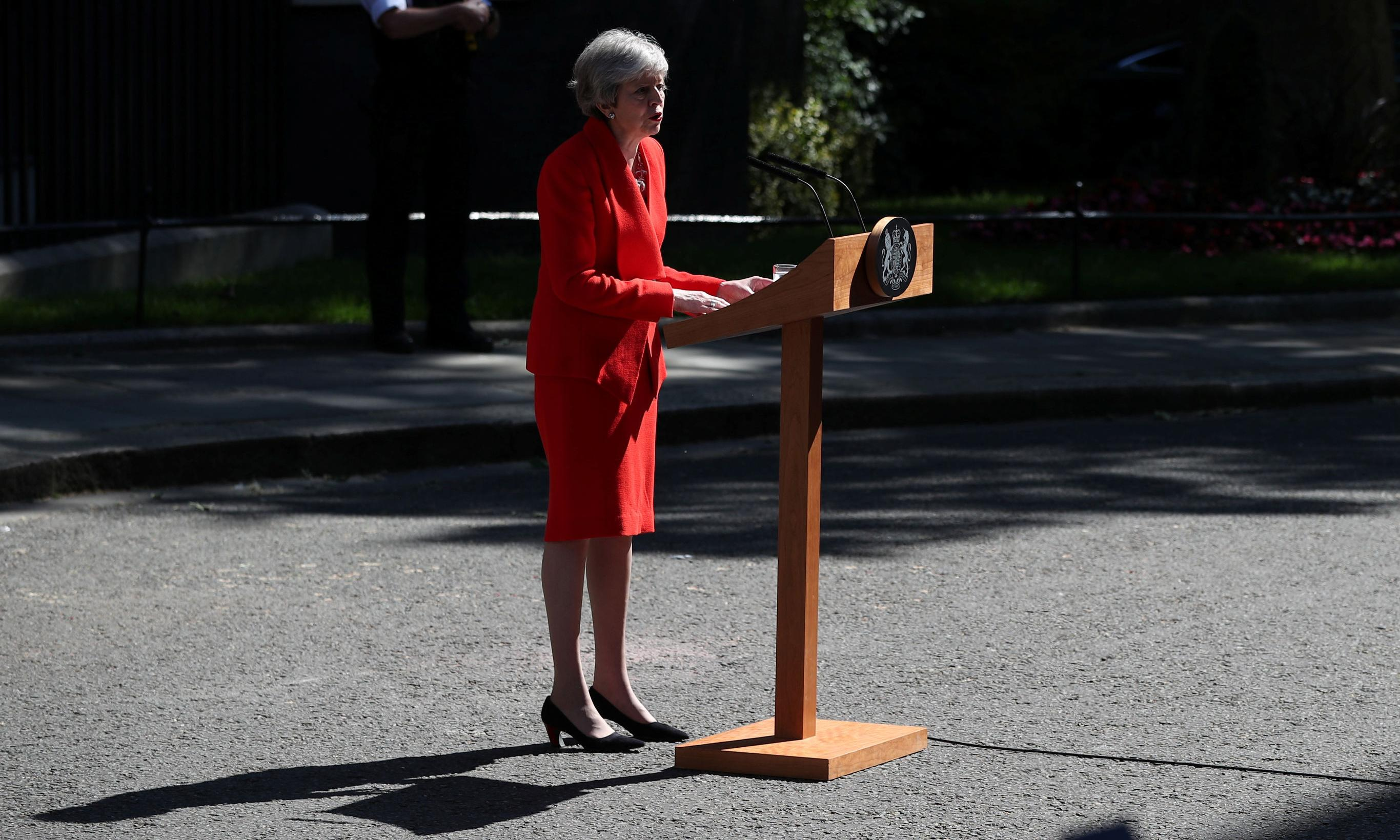 Theresa May announces her resignation