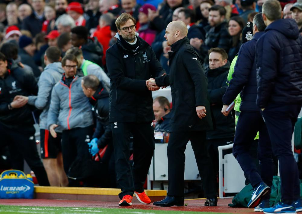 Dyche congratulates Klopp at the end of the match.