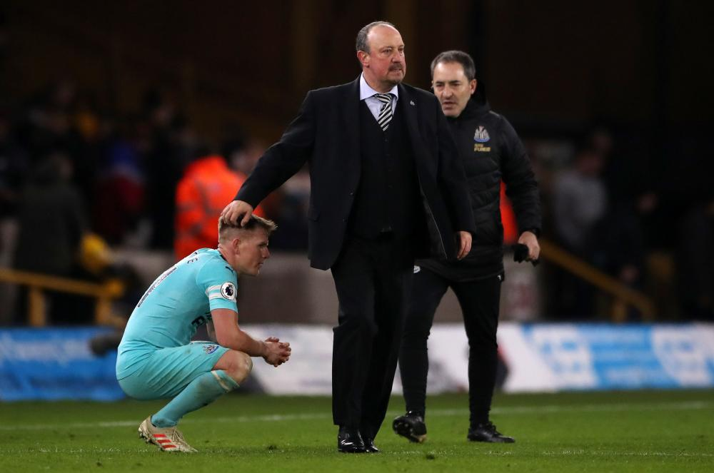 Rafael Benitez consoles Matt Ritchie after the match.