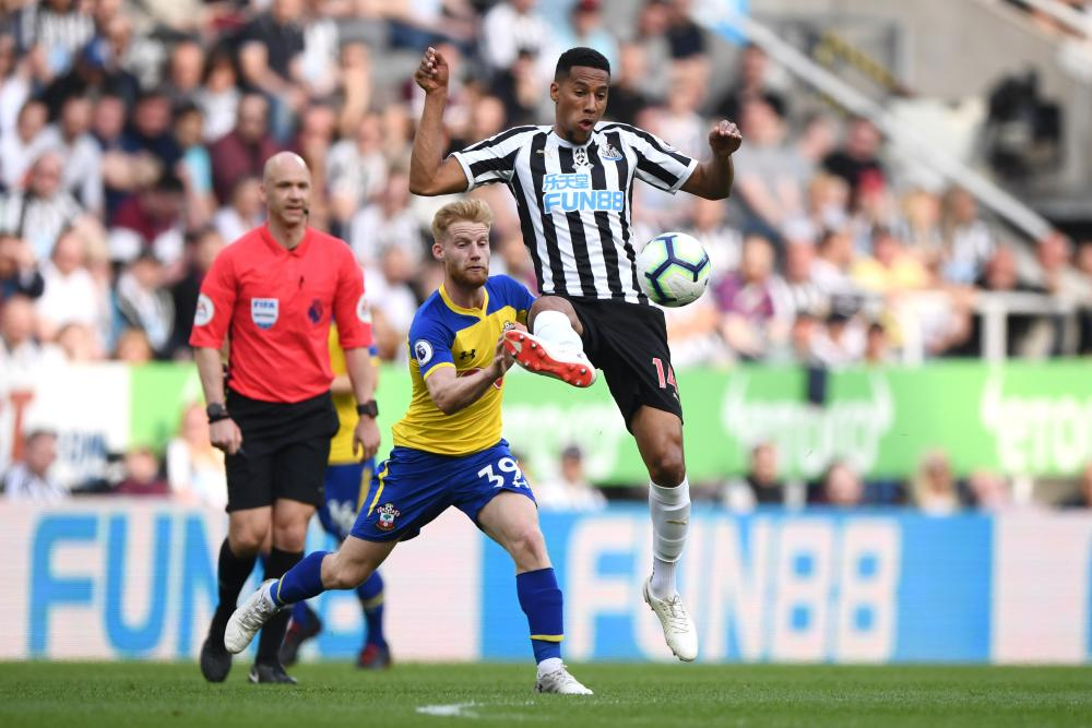 Isaac Hayden of Newcastle United controls the ball.
