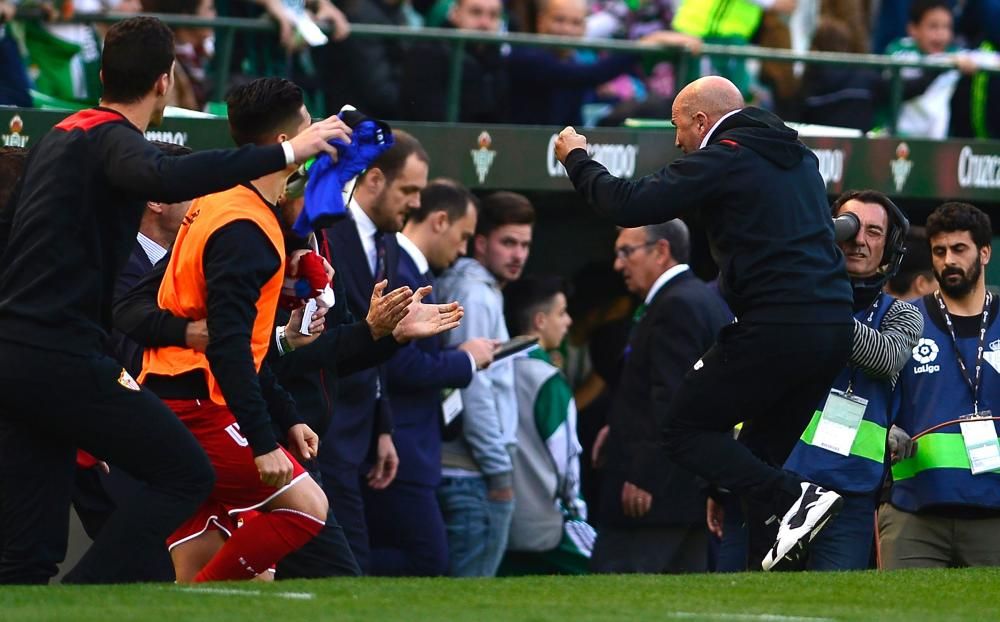 Jorge Sampaoli and the Sevilla bench at full-time.