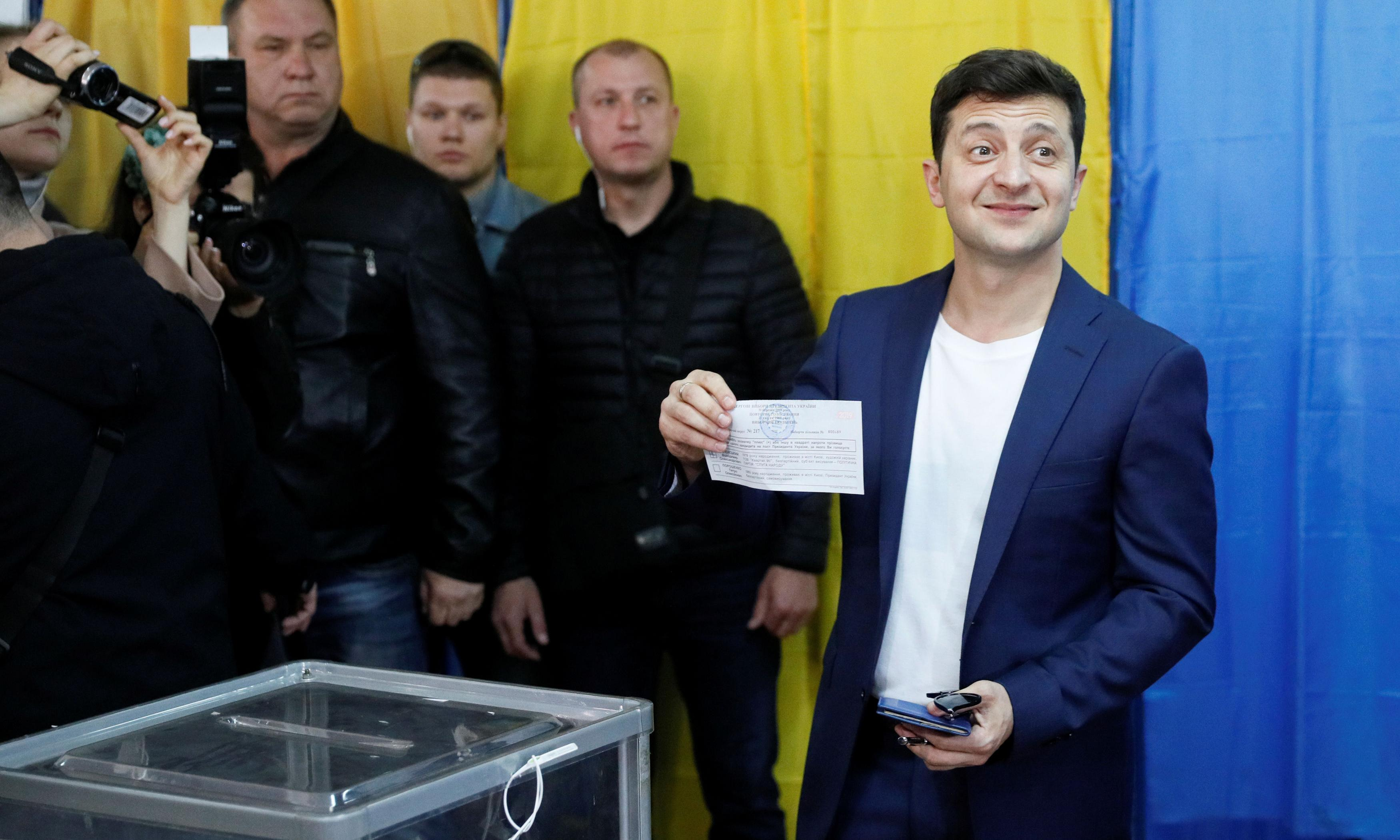 Ukraine elections: comedian leads polls as final round of voting begins