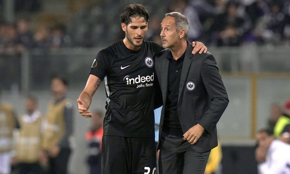 Eintrach Frankfurt manager Adolf Hütter, right, with Gonçalo Paciência during the Champions League meeting with Vitoria SC earlier this month.