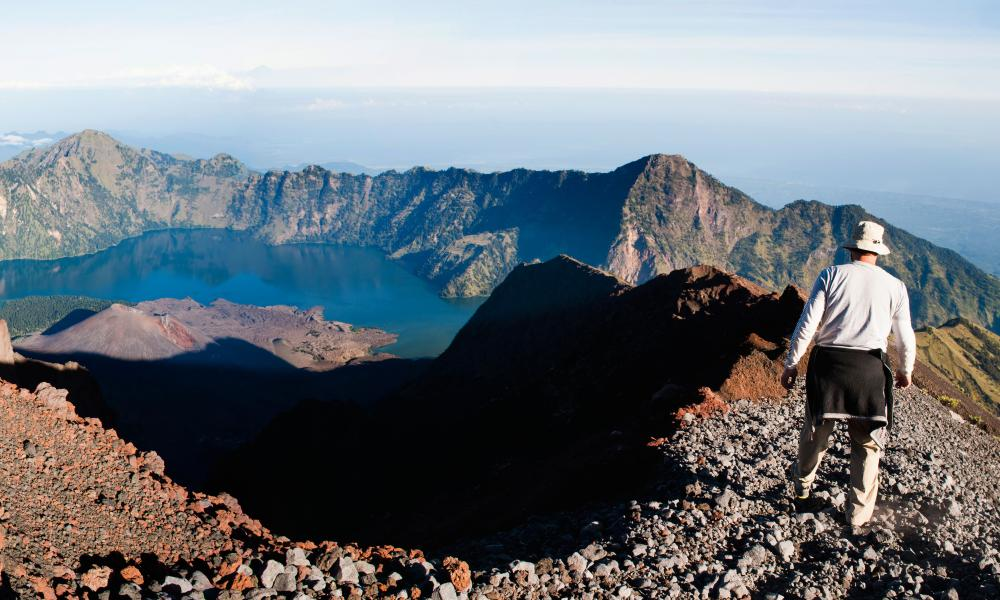 Tourist walking around the crater rim at the 3726m summit of Gunng Rinjani volcano