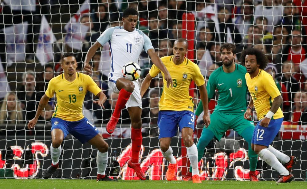 Marcus Rashford is unable to turn faced by Marquinhos, Marcelo, Miranda and Alisson.