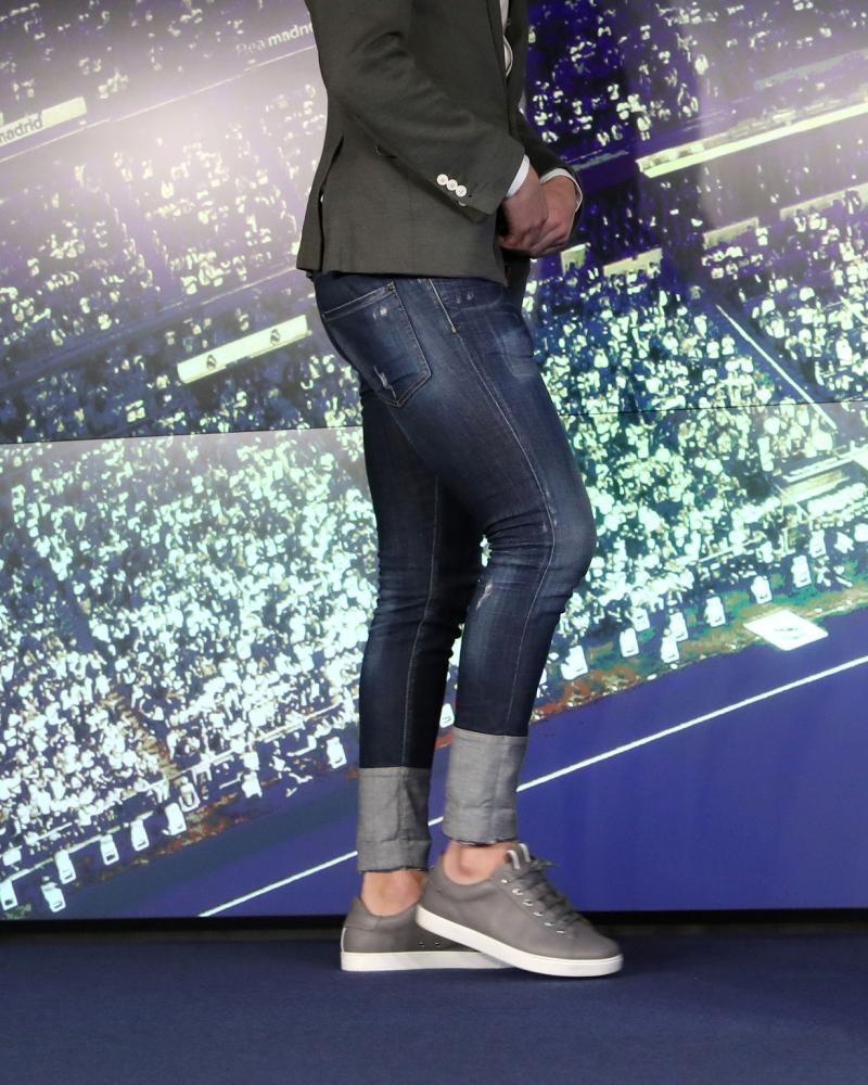 Zidane wardrobe choice for the presser: no socks and six inch turn-ups