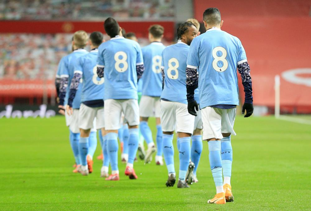 Manchester City players walk out in tribute No 8 shirts in honour of Colin Bell.