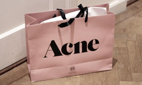 The Acne Studio shopping bag, now a cult item.