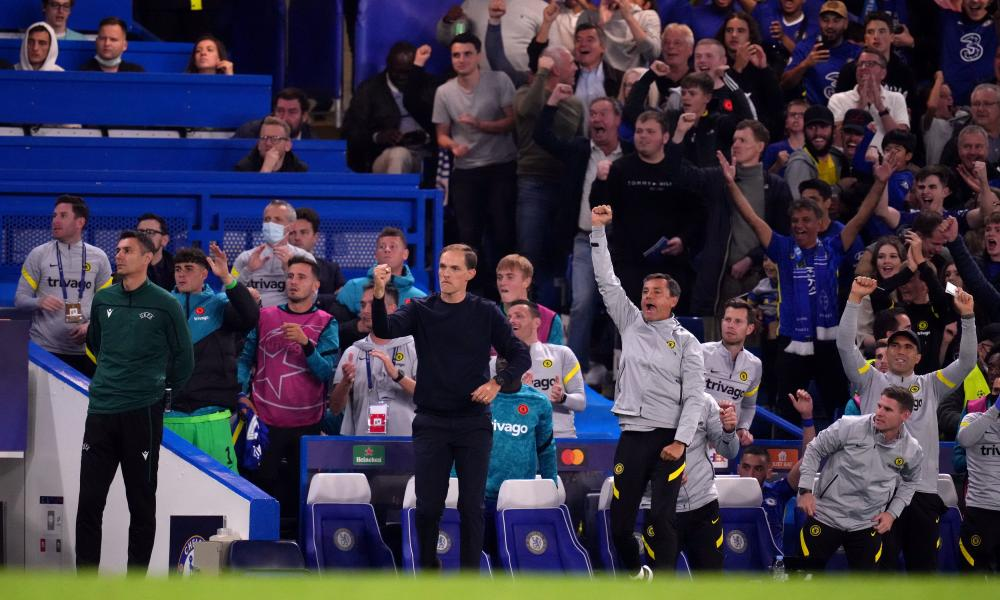 Chelsea manager Thomas Tuchel, substitutes, staff and fans celebrate after Romelu Lukaku opened the scoring.