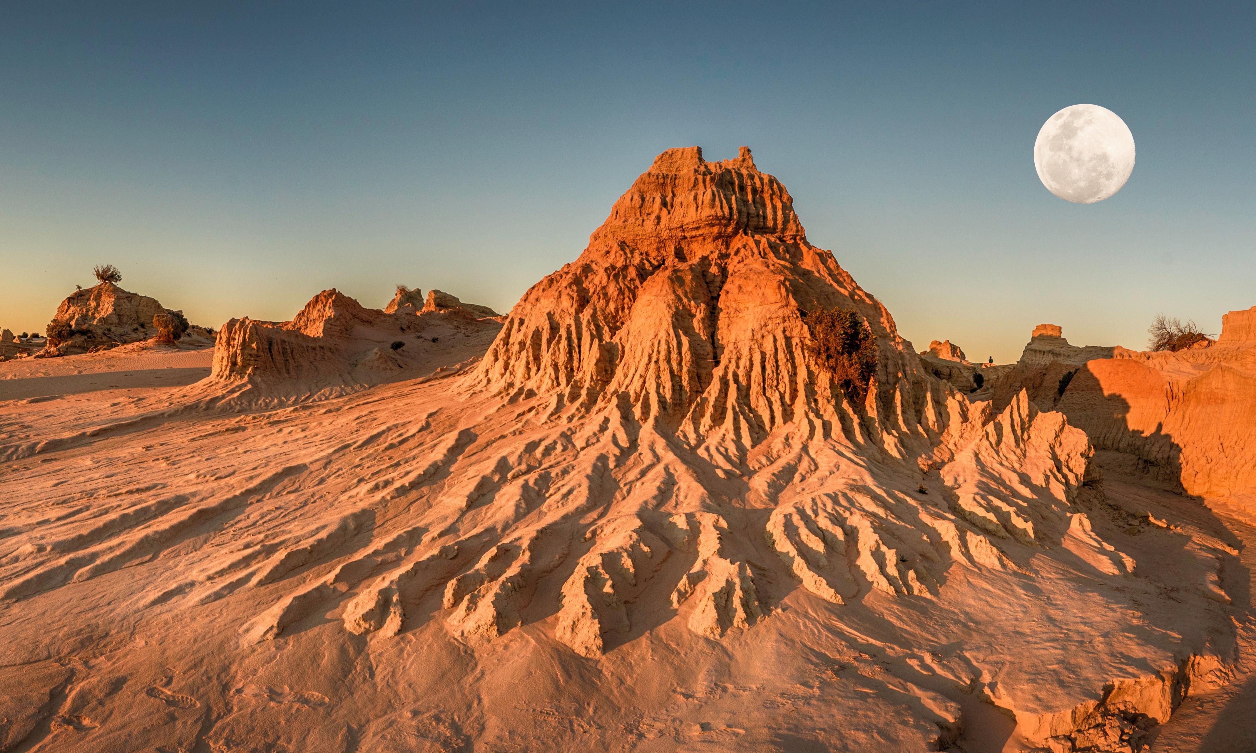 Mungo national park: where alien landscapes reveal ancient culture