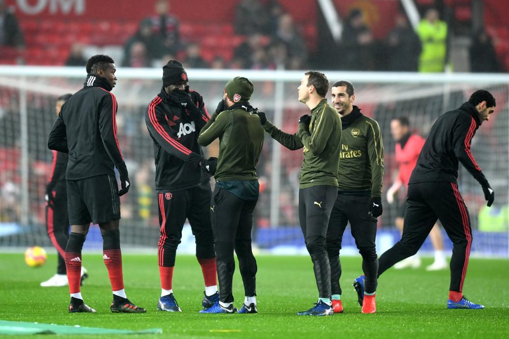 Romelu Lukaku and Alexandre Lacazette have words before the match.