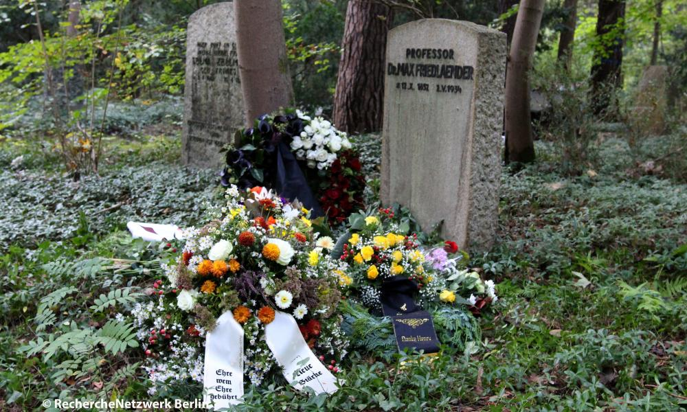 The urn burial of the well-known Shoah denier Henry Hafenmayer in the south-west cemetery in Stahnsdorf was a scene meeting of well-known anti-Semites, revisionists and neo-Nazis convicted of hate speech. Among those gathered were Horst Mahler, Sylvia Stolz, Thomas Wulff, Nikolai Nerling, Uwe Meenen, Manfred Dammann, Rigolf Hennig, Gerd Walther, Dennis Ingo Schulz and Michel Fischer. Pascal Ostholte and Mathias Deyda (Dierechte) had come from Dortmund. With Michele Renouf and Peter Rushton, people from the international revisionist scene were also on site.