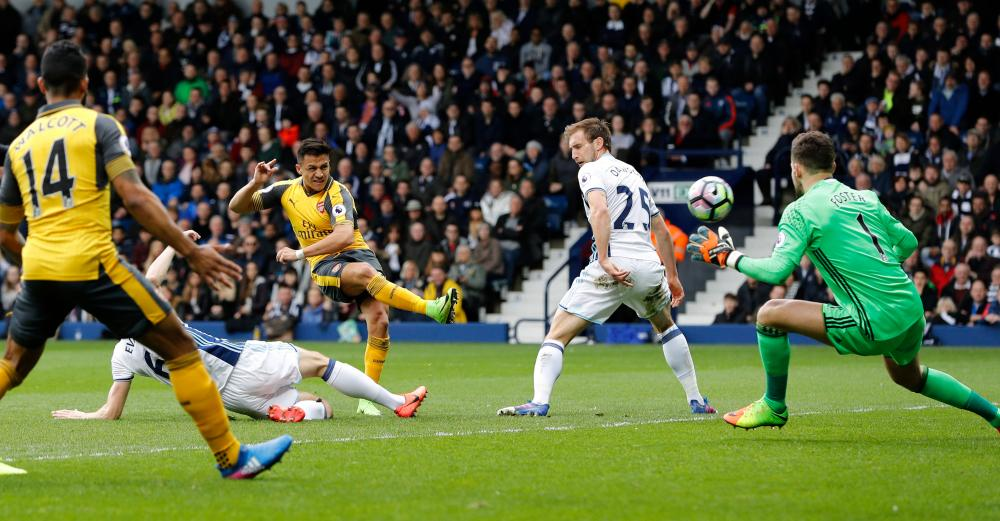 Arsenal's Alexis Sanchez smashes the ball into the net after some nice footwork to equalises for the Gunners.
