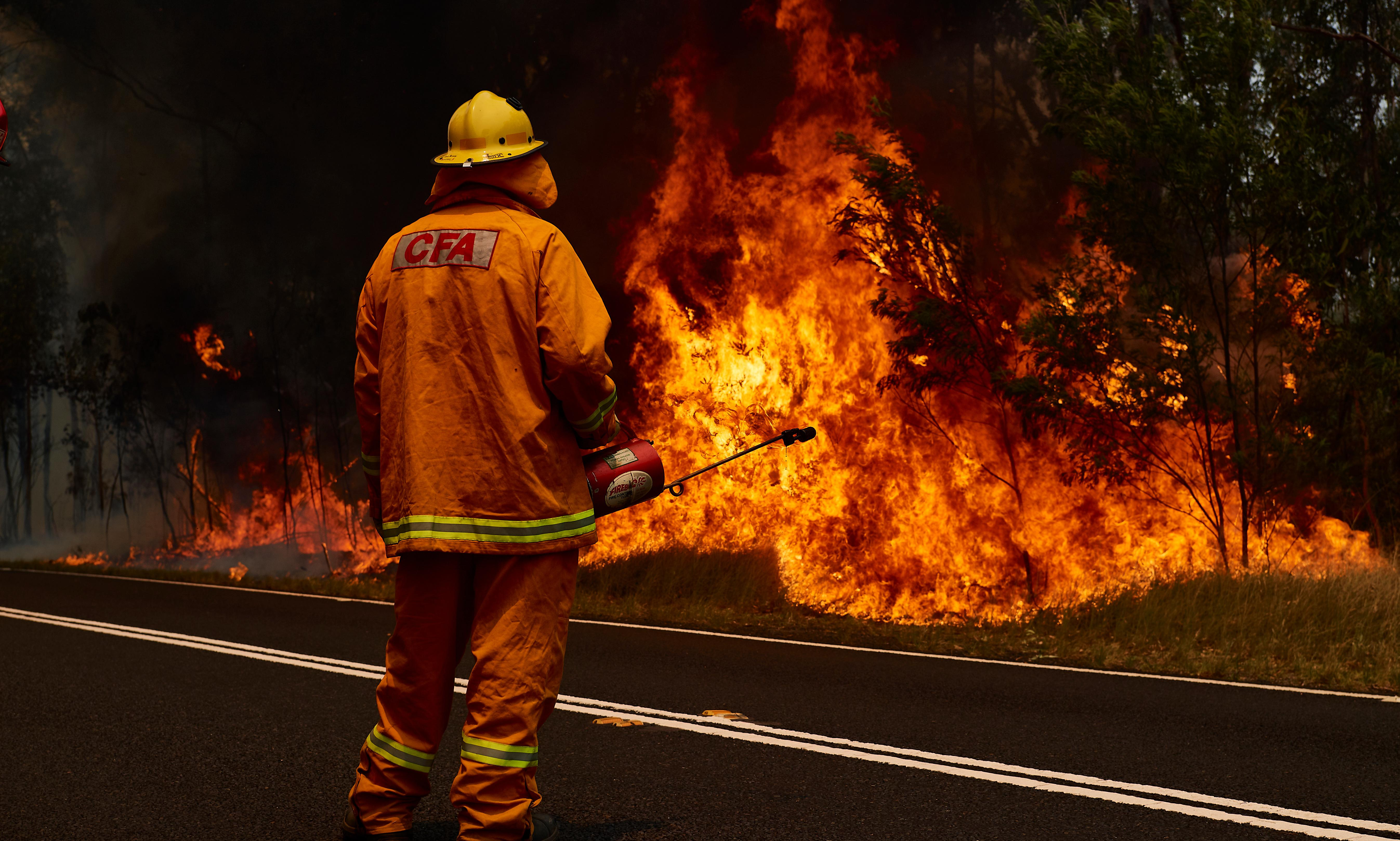 NSW and Qld fires: emergency bushfires warning for Hawkesbury on Sydney's fringe