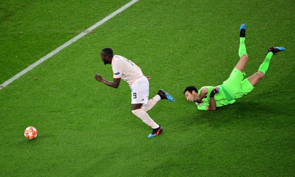 Lukaku gets round Buffon.