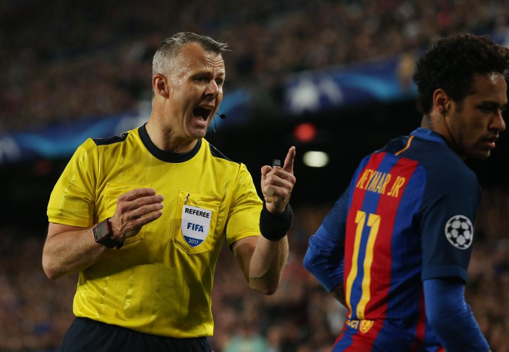 Neymar gets a warning from referee Bjorn Kuipers.