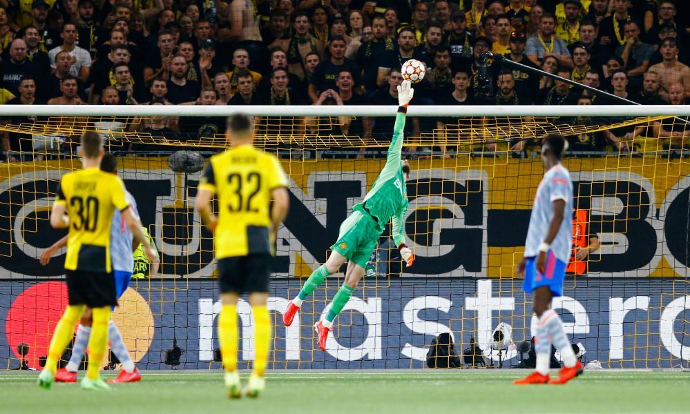 Manchester United's David de Gea tips the ball over.