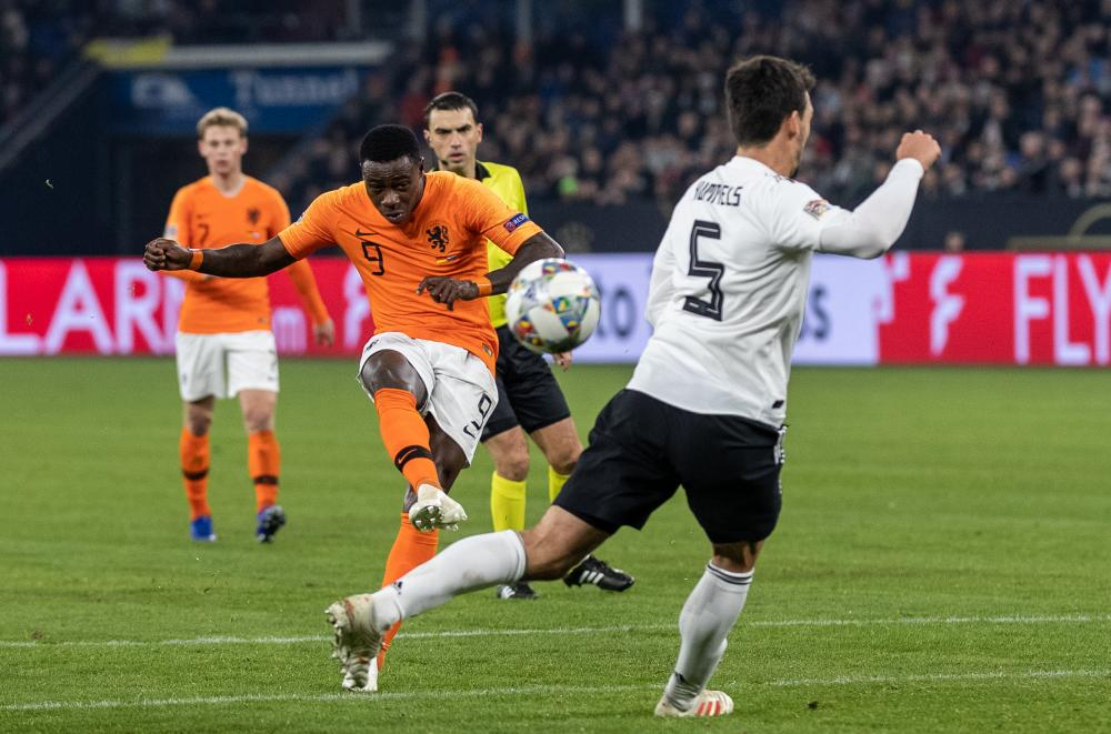 Quincy Promes curls the ball home.