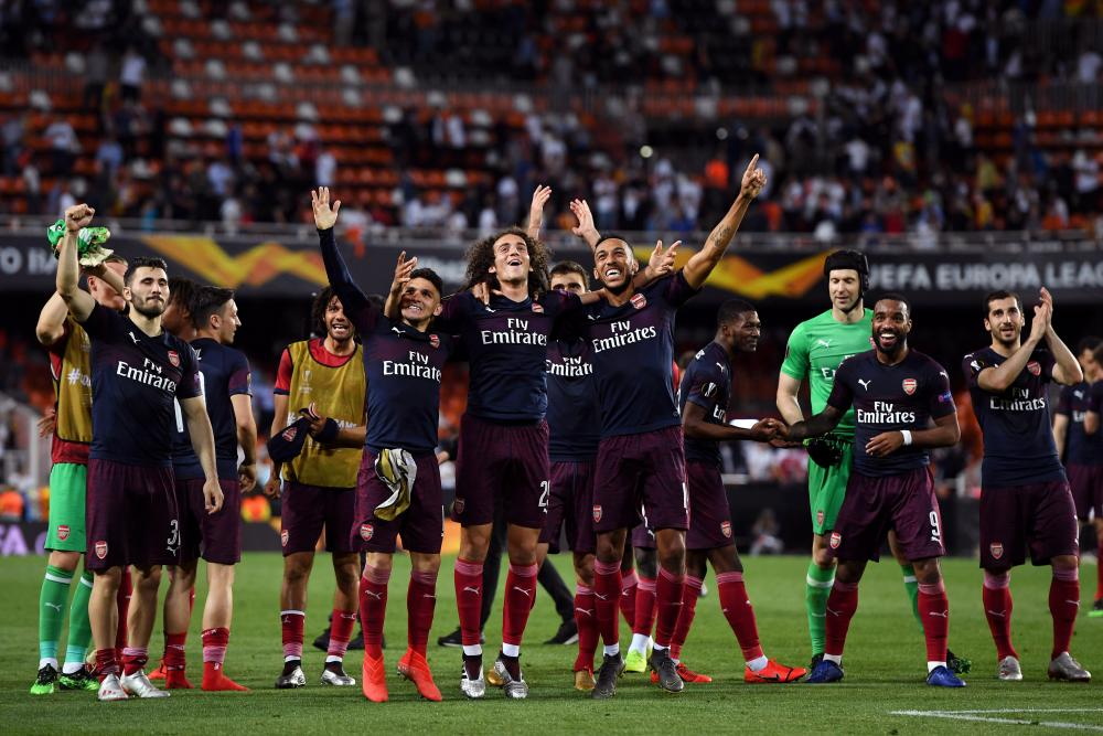 Arsenal celebrate victory after beating Valecia 4-2 and progressing to the final.