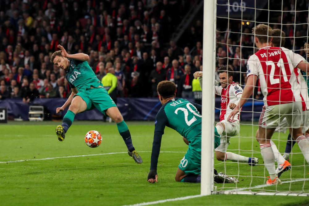 Vertonghen hits the rebound, but it's saved off the line.