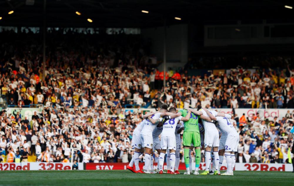 Leeds players huddle.