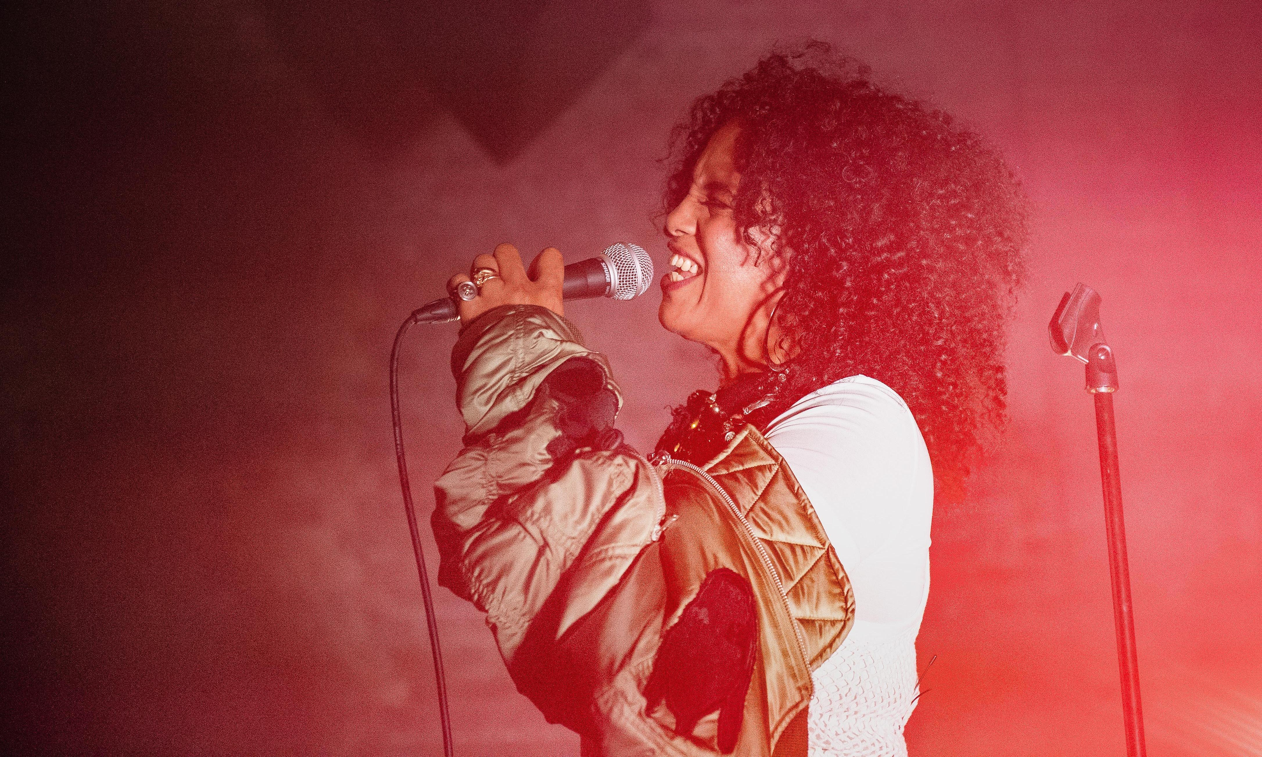Neneh Cherry review – sonic rebel shimmies through the sadness