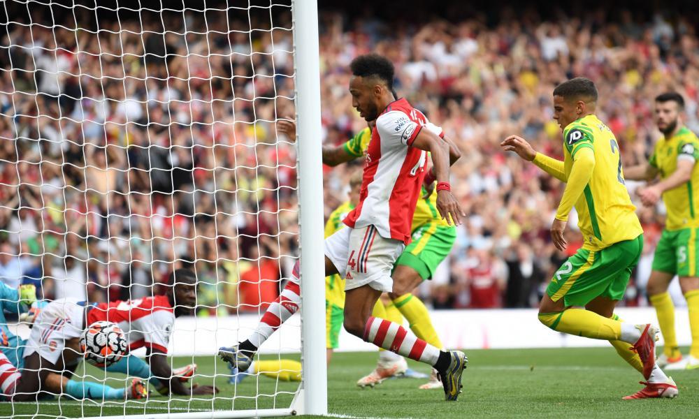 Arsenal's Pierre-Emerick Aubameyang (centre) slots the ball home.