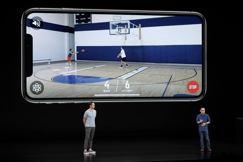 Former NBA player Steve Nash, kushoto, and CEO and founder of HomeCourt David Lee talk about the Apple iPhone XS.